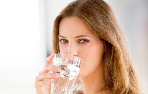 Uống đủ nước mỗi ngày giúp  phòng ngừa mụn thịt quanh mắt